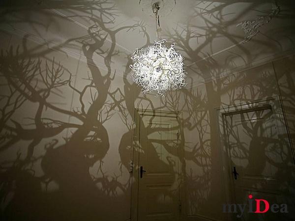 Дом мечты: Люстра, превращающая комнату в лес