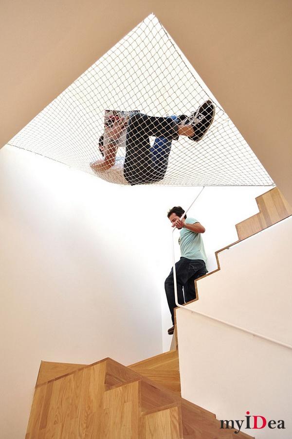 Гамак над лестницей